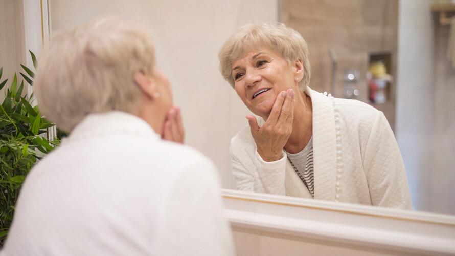 女性到了更年期,皮膚和陰道容易出現乾澀、搔癢等狀況